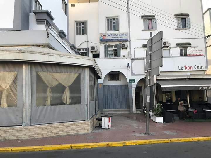 البيضاء مقاهى تحتل رصيفا بشارع 10 مارس تعيد ظاهرة استغلال